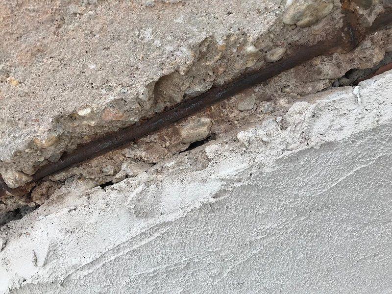 hierro oxidado a la vista en la fachada