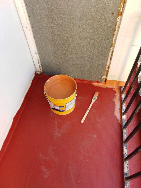 Aplicación de la impermabilización en el balcón con productos sika.