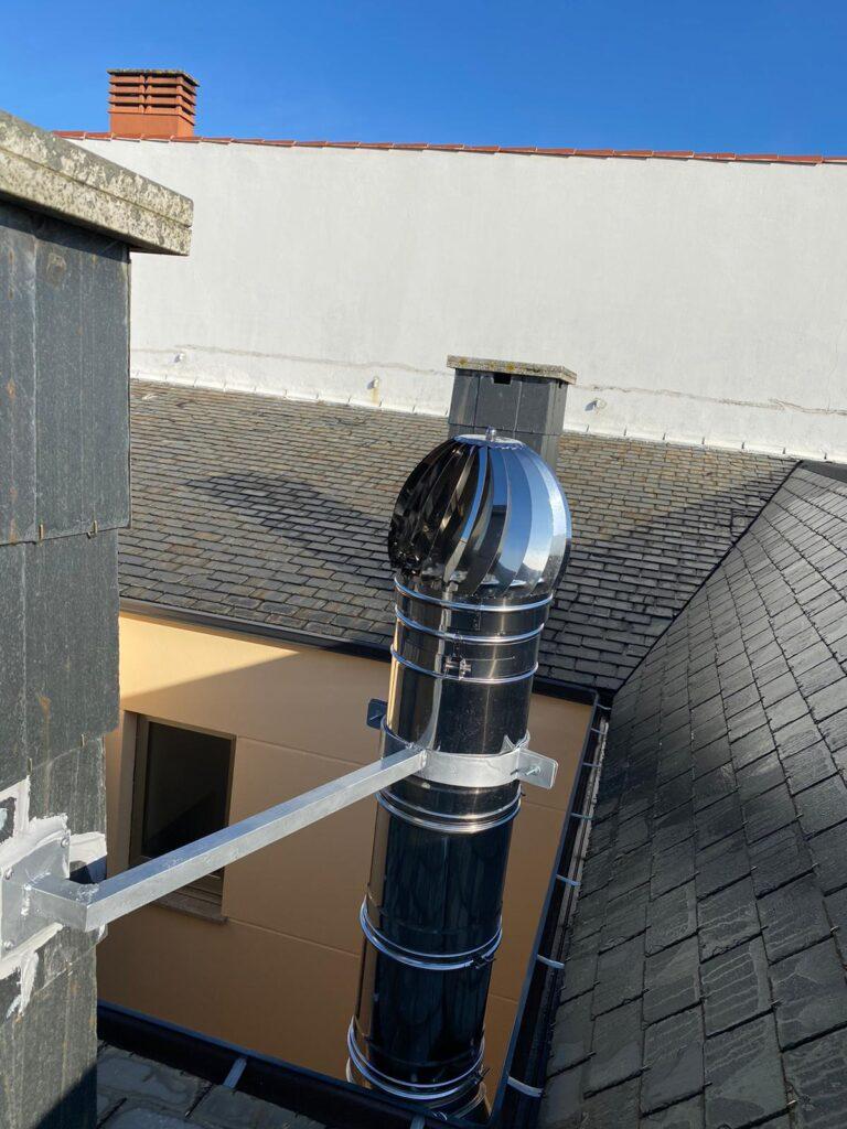 sujeción de chimenea montada en tejado.