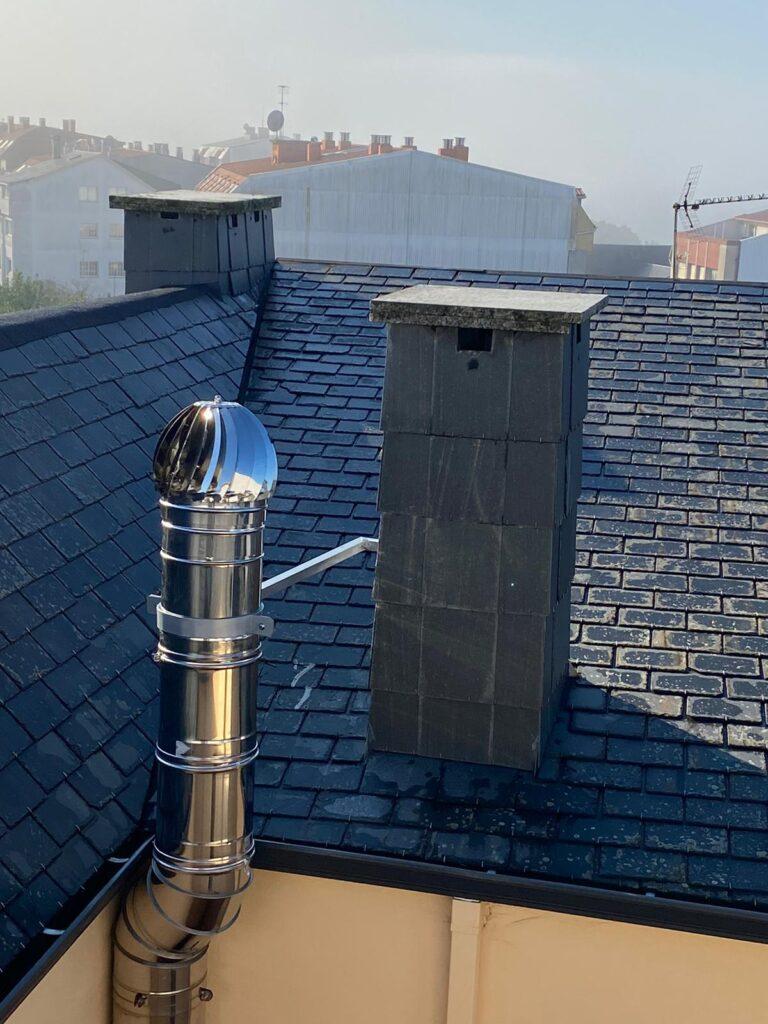 Montaje de chimenea en tejado de edificio