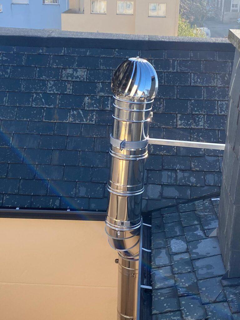 Chimenea montada en el tejado de edificio