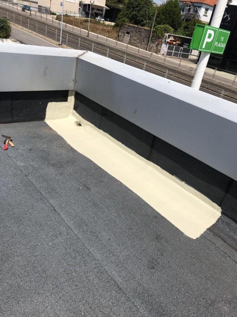 nave comercial con impermeabilización de cubierta sobre asfalto.