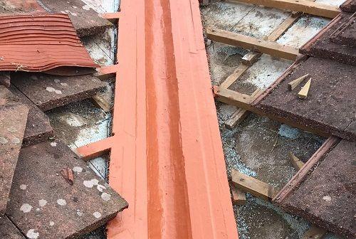Reparaciones de cubierta: limahoyas, bandejas de chimeneas y remates.